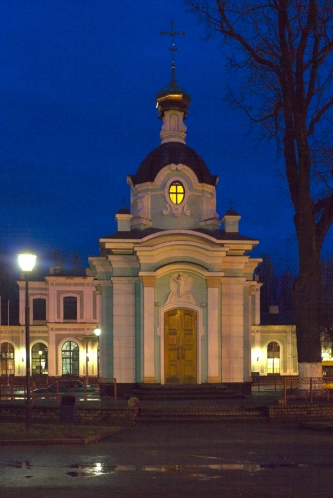 Царская часовня на вокзале вечером